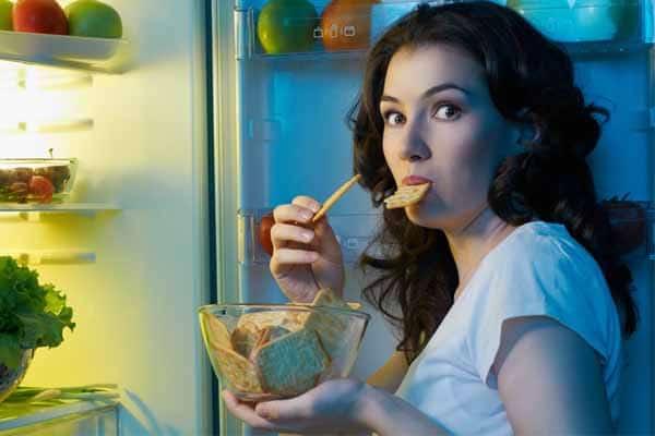 descubra se comer a noite engorda ou não