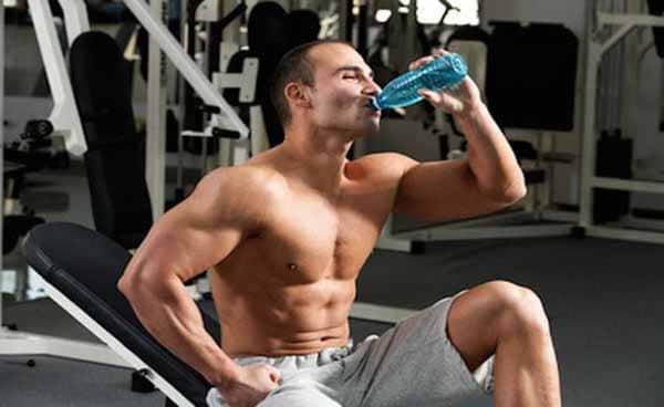 beba água durante o treino de musculação