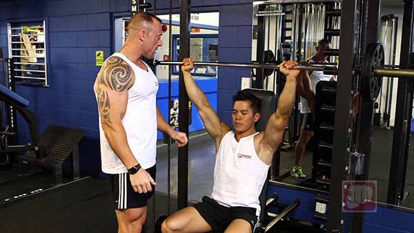 Desenvolvimento para Ombros no Smith Machine