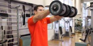 Image de l'exercice de levage frontal: un bon exercice isolant pour les épaules!