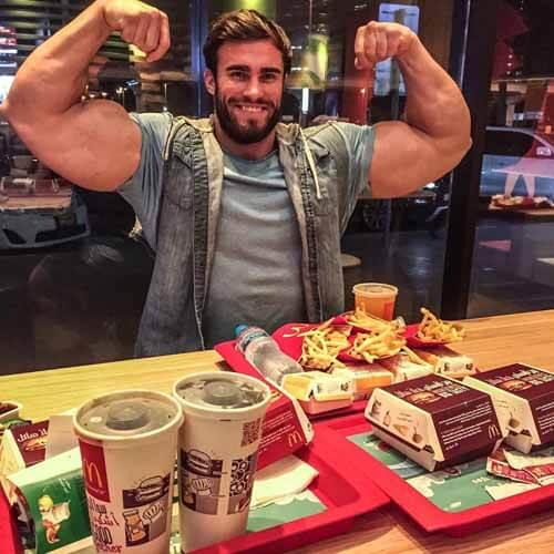 Fisiculturista comendo em Fast Food