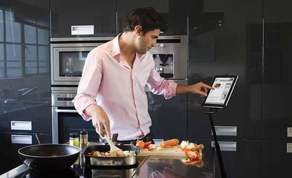 Homem Cozinhando com a Receita no Ipad