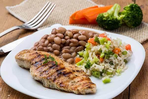 Almoço: Arroz, Feijão, Vegetais e Frango