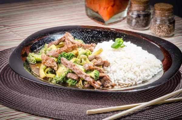Lanche: Arroz, brócolis e carne vermelha