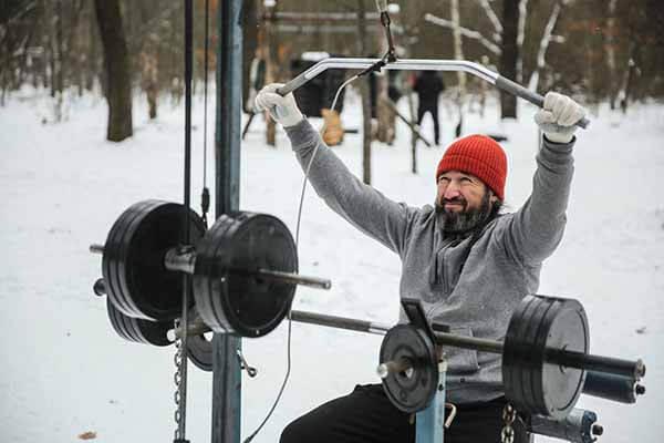 Treinar Musculação com Blusa de Frio e Luvas