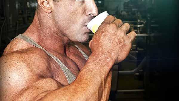 Fisiculturista bebendo café