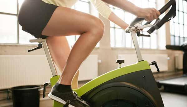 Exercício de Bicicleta para Aquecer as Pernas
