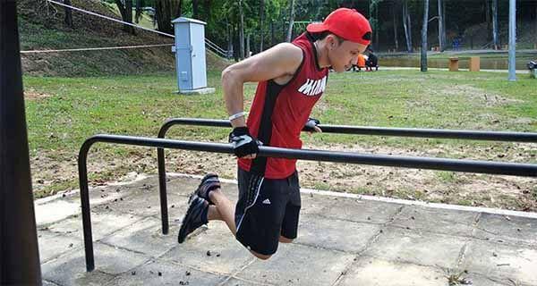 exercício calistenia barras paralelas