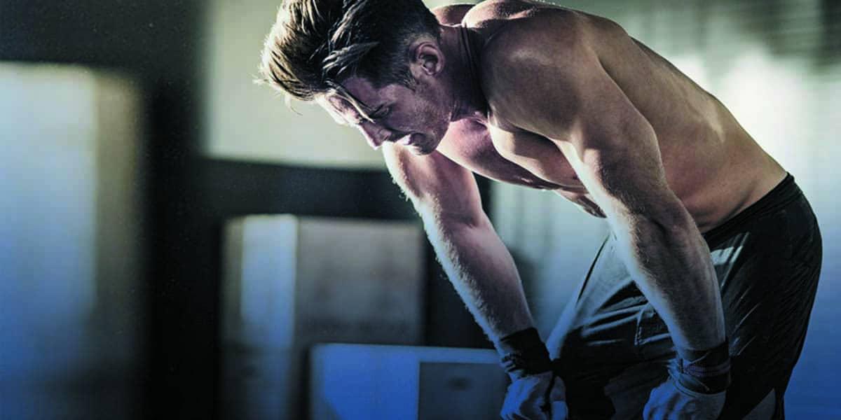 Atleta de musculação cansado devido ao overtraining
