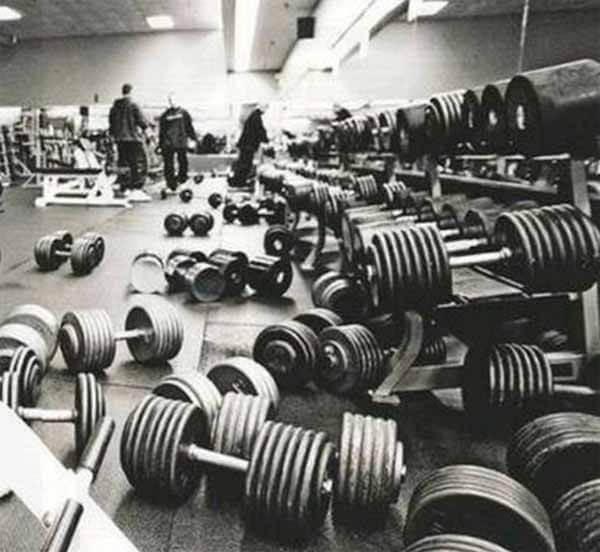 peso espalhado pelo chao da academia
