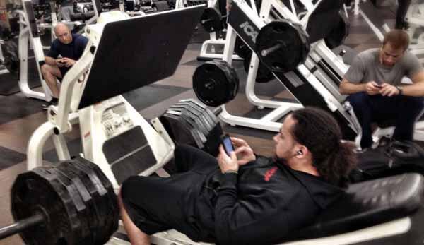 pessoas com smartphone na academia